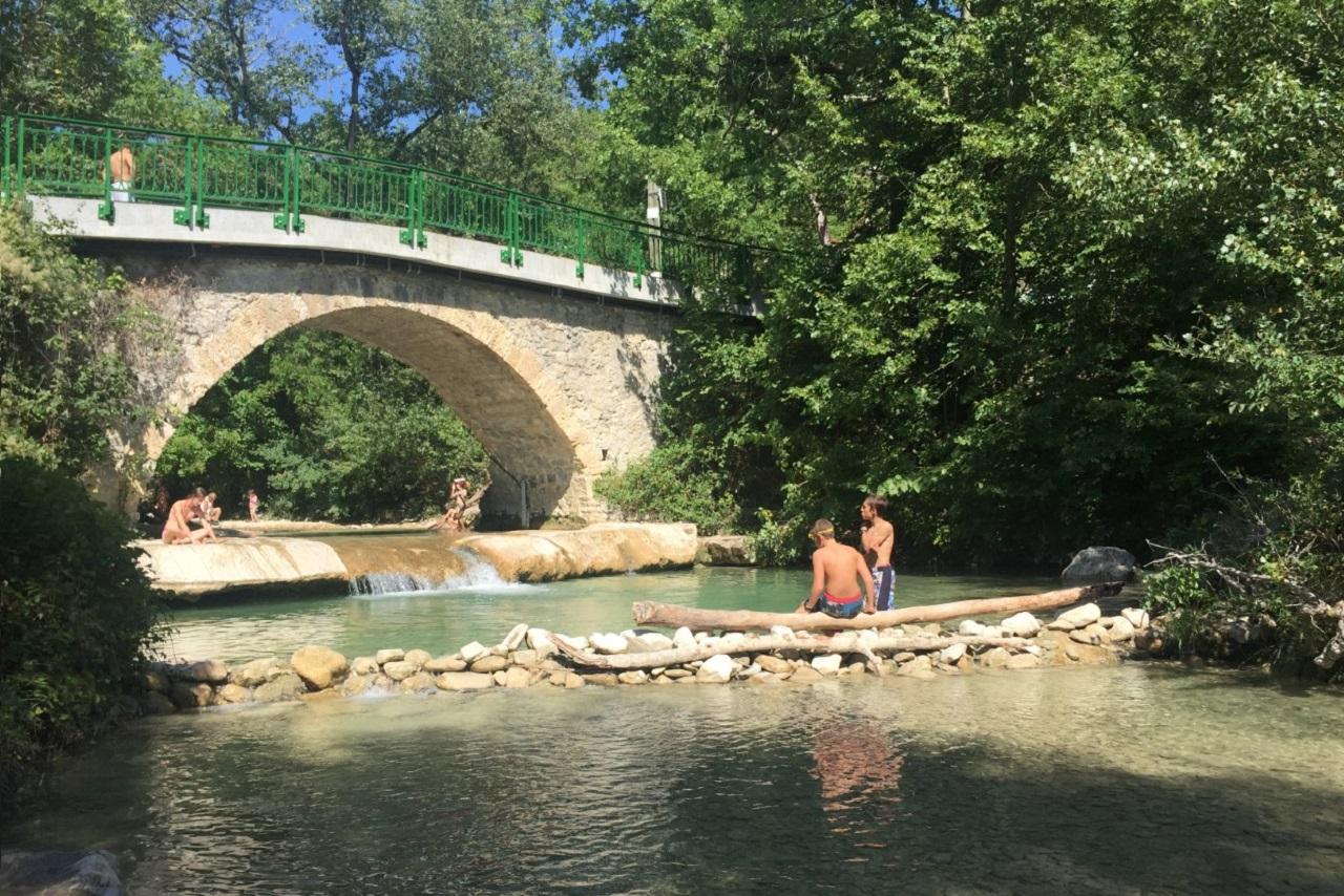 Le pont Bossu, à 5 km de la maison, offre un coin de baignade sur le cours de la Gervanne